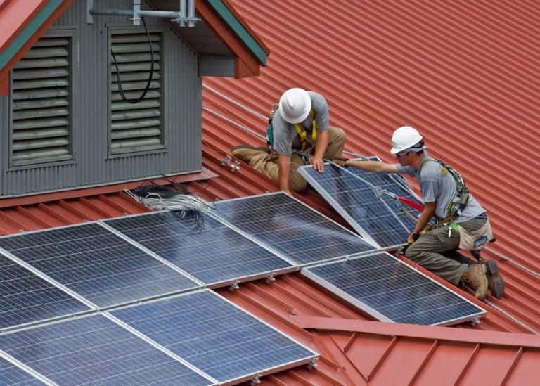 Ukázka instalace solárních panelů na střechu